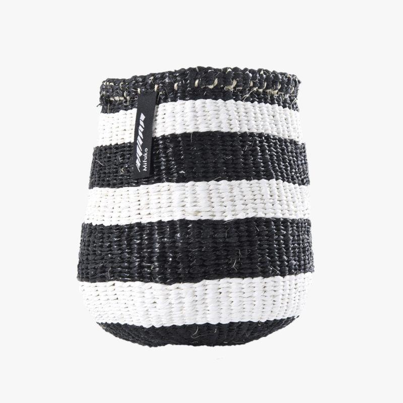 panier-kiondo-tresse-a-la-main-petit-modele-rayures-noir-et-blanc