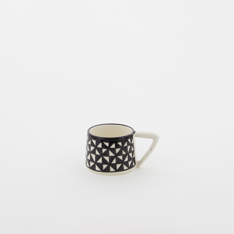 petite tasse motifs g om triques h 5cm noir et blanc nous. Black Bedroom Furniture Sets. Home Design Ideas