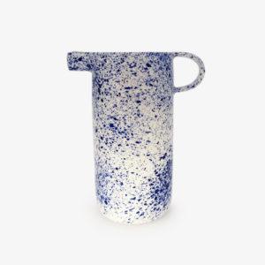 Carafe-porcelaine-mouchetee-bleu-sur-blanc-v1