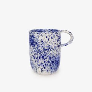 Tasse-mug-porcelaine-mouchetee-bleu-sur-blanc-v1