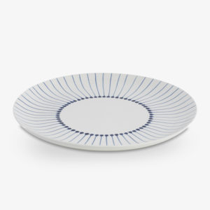 Assiette plate en céramique bleu blanc peinte à la main au Vietnam ; vaisselle iba du collectif Nkuku