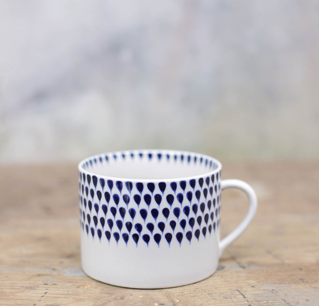 Mug en céramique bleu blanc peinte à la main au Vietnam ; vaisselle indigo drop du collectif Nkuku