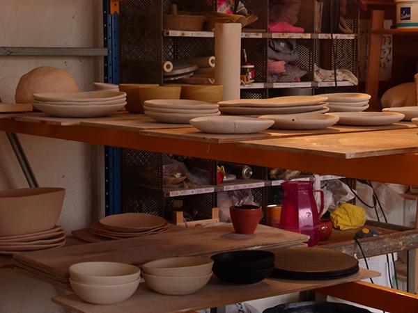atelier de marion graux céramiste - étagères assiettes plates creuses