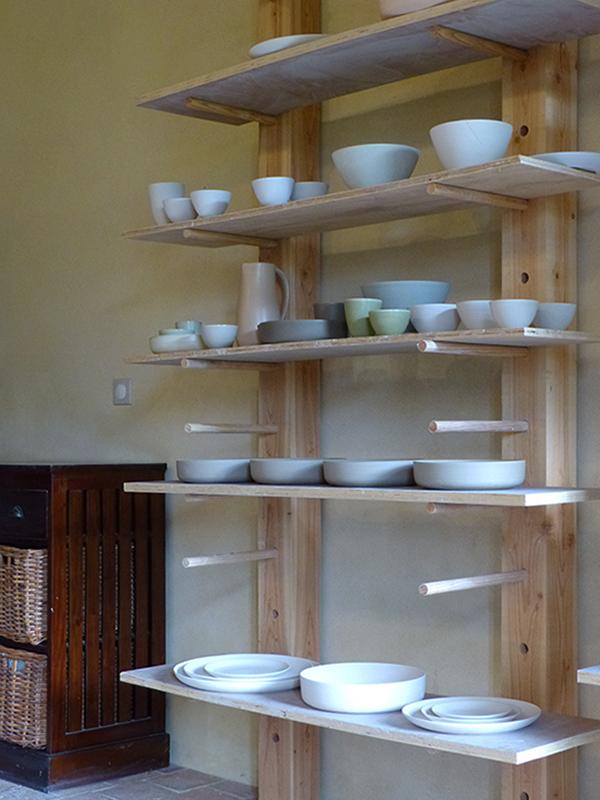 Atelier de Cécile Preziosa - séchage de saladiers bols plats assiettes