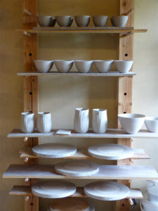 Atelier de Cécile Preziosa - séchage de pichets bols saladiers céramique