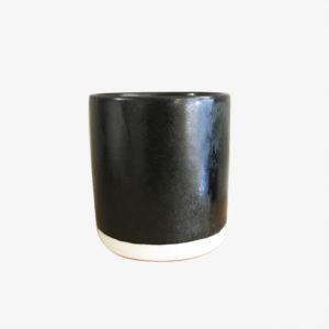 Petite tasse à café en porcelaine émail noir avec le fond rouge Eric Hibelot