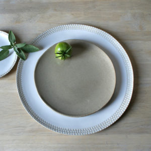 Assiette plate moyenne en grès Emmanuelle Manche