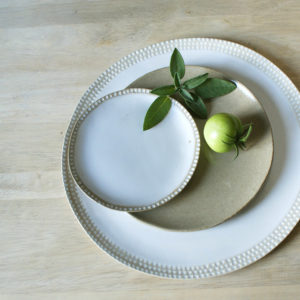 Petite assiette plate en grès gravé couleur crème Emmanuelle Manche