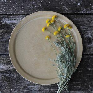 céramique vaisselle japonaise grande assiette plate en grès jaune Makiko Hastings