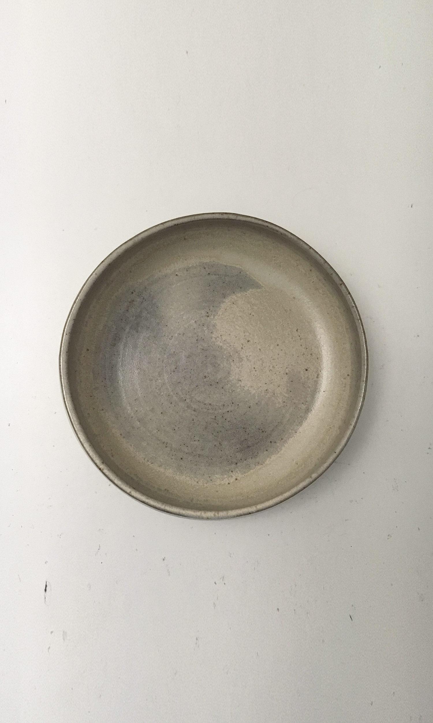 Petit plat creux en grès émaillé naturel les guimards
