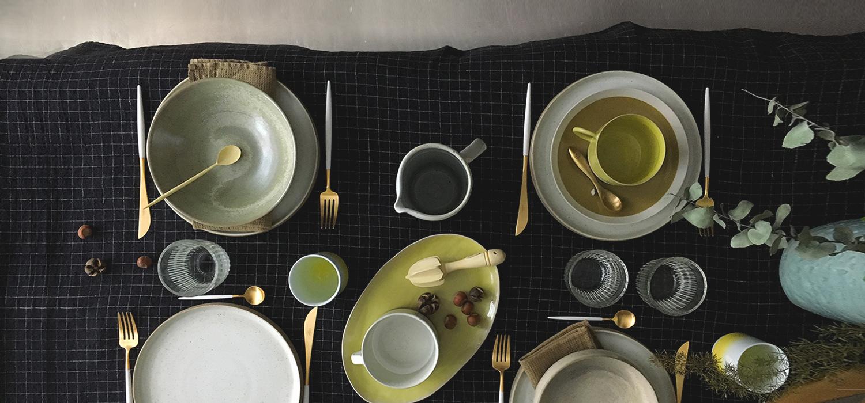 Vaisselle en gres, nappe en lin et couverts or