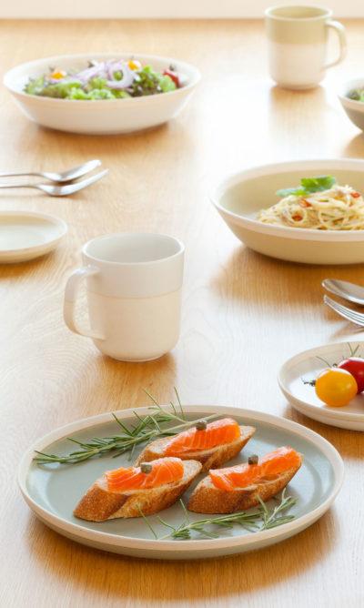 Petite assiette en argile émaillé vert et mug émaillé blanc - Living Talk