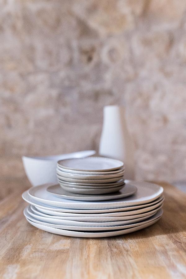 Vaisselle assiette gravée blanc céramique soucoupe Emmanuelle Manche