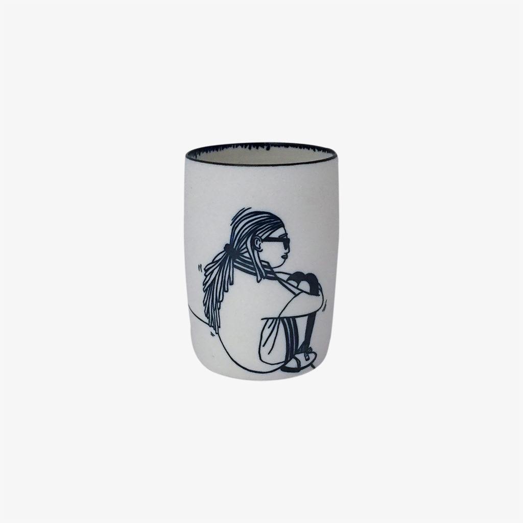 Marlene-Requier-grande-tasse-porcelaine-femme-assise-blanc-bleu-v1