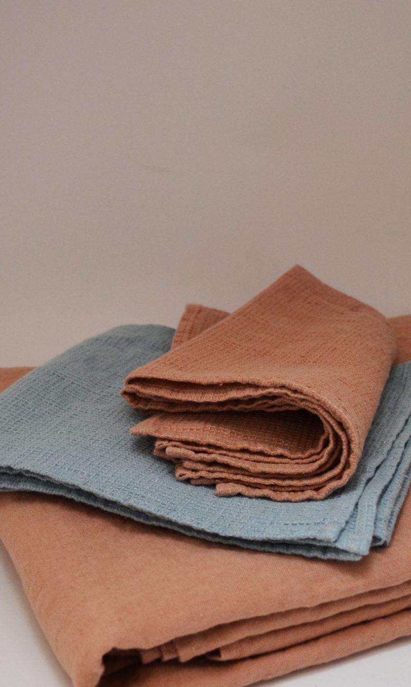 nous paris, nappe et serviette en lin moka, bleu clair, linge particulier