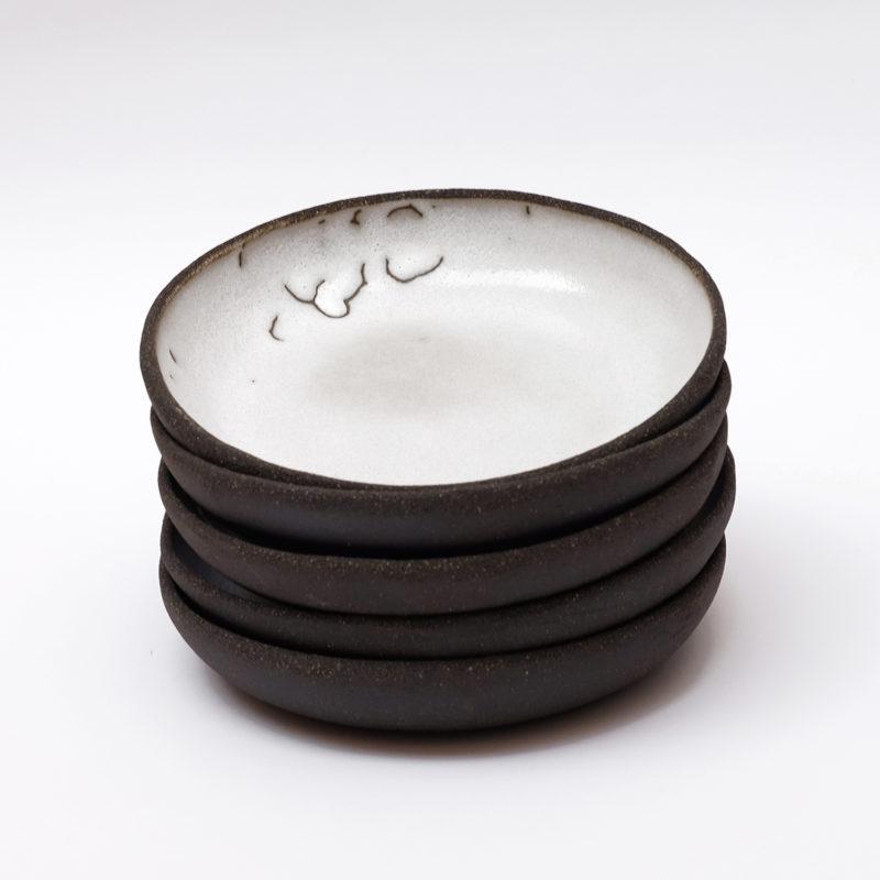 Lisa-Allegra-assiette-creuse-sand-en-gres-noir-email-blanc-v1