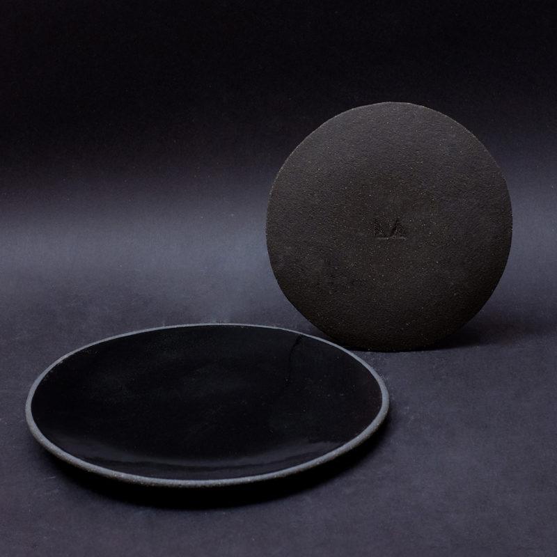 Lisa-Allegra-petite-assiette-plate-sand-en-gres-noir-email-noir-brillant-v1
