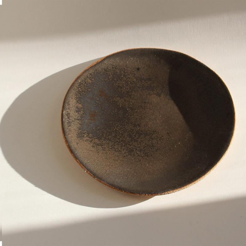 Lisa-Allegra-petite-assiette-plate-sand-en-gres-roux-email-noir-argent-v1