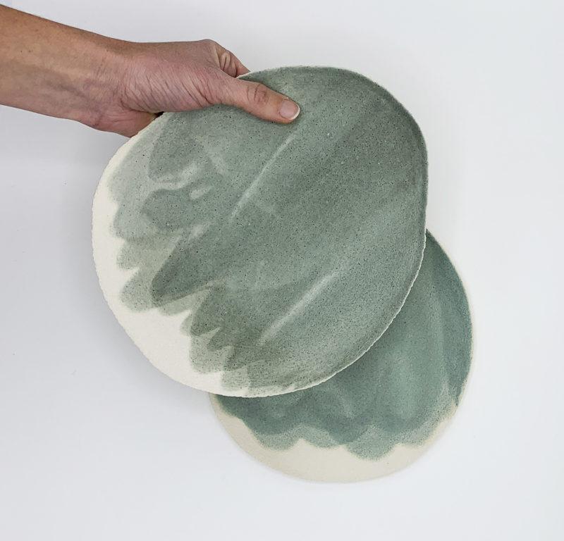 Assiette en gres vert d'eau fait mainpaule fattaccioli