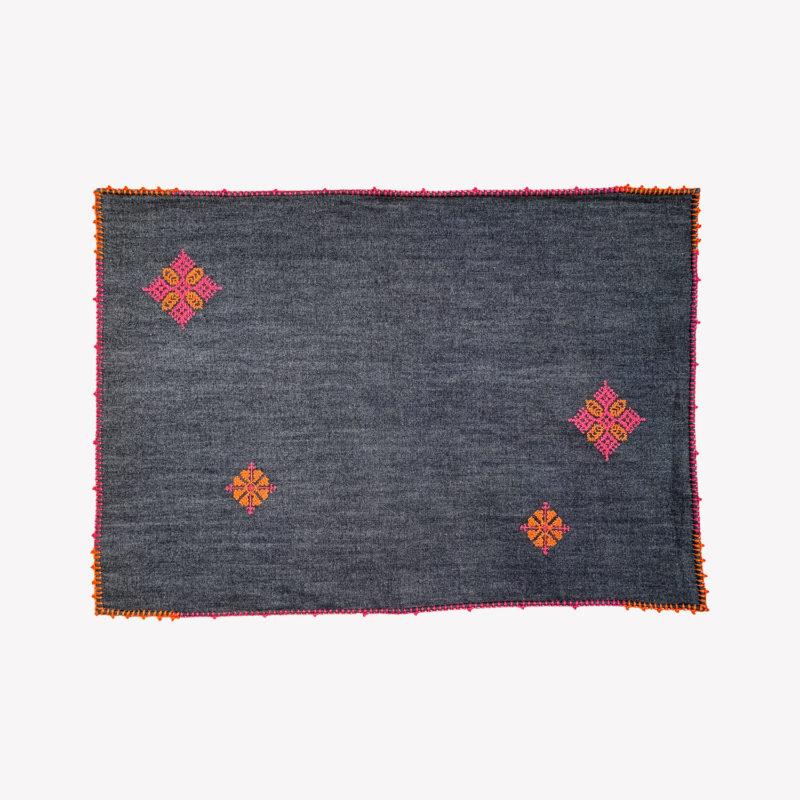 Leo-Atlante-set-de-table-brode-gris-orange-et-rose