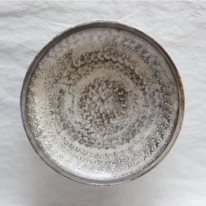 Assiette Mishima noire ceramique japonaise Shigeru Inoue